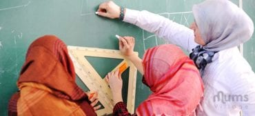 Muslim-teaching-woman-with-muslim-students